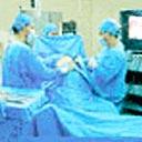 Dr. Malucelli e sua equipe executando uma vídeo-cirurgia.